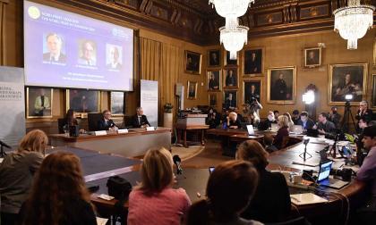 Goran K Hansson, Secretario General de la Real Academia de Ciencias de Suecia, y los miembros de la academia anunciando los ganadores del Premio Nobel de Química 2019.