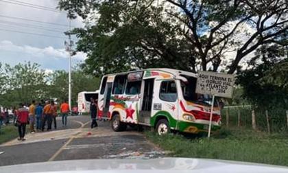 El accidente de la buseta se presentó en el kilómetro 3 de la vía que comunica a los corregimientos de Colombia y La Peña, en zona rural del municipio de Sabanalarga.