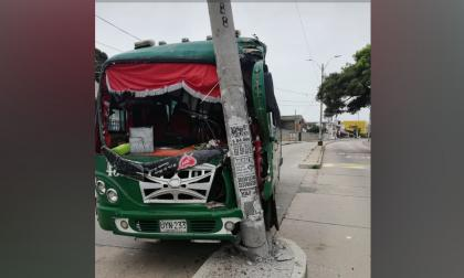 Buseta se estrella contra poste en el norte de la ciudad: tres heridos