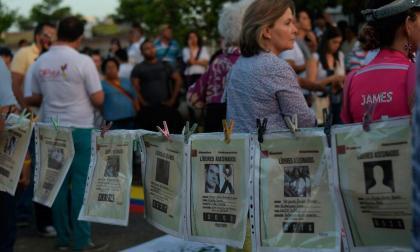 Carteles de líderes sociales asesinados.