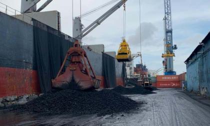 Embarcación atracada con la carga de coque.