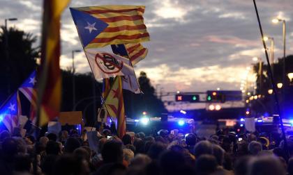 En video | Miles de independentistas repudian visita del rey de España a Barcelona