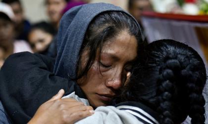 Comunidad indígena llora a sus familiares asesinados. Imagen de referencia.