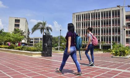 Estudiantes aseguran que renuncia de Carlos Prasca podría ser ilegal