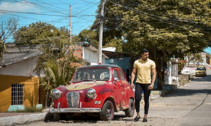 Alberto Villa, de 22 años, camina su cuadra, la calle 63C con carrera 12, en la que se crió junto a su familia, sus vecinos y amigos.