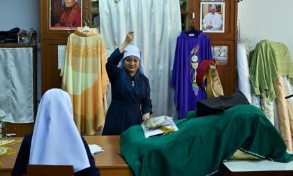 El convento también está encargado de la confección de otras 200 casullas destinadas a los cardenales y arzobispos.