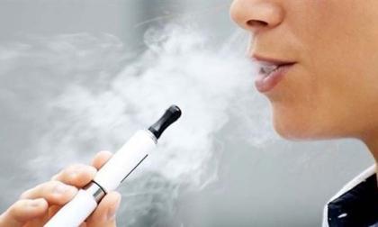 Preocupado por reelección, Trump descarta prohibir cigarrillos electrónicos aromatizados