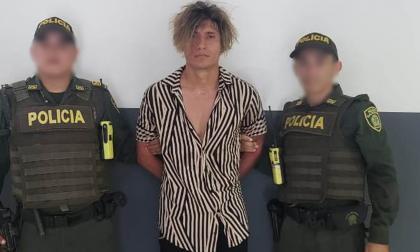 Lengir Mauricio Díaz Ardila, el capturado, en medio de dos agentes de la Policía.