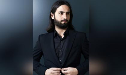 El director de 36 años nació en Bogotá y a los 18 años se trasladó a Francia para estudiar cine.