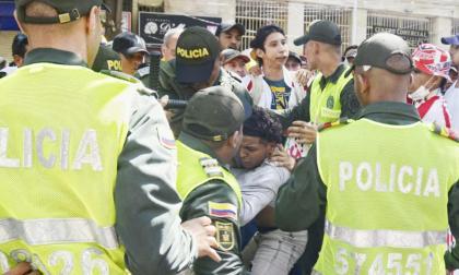 En video | Un grupo de manifestantes del Rincón Latino se enfrenta a policías en el Paseo Bolívar