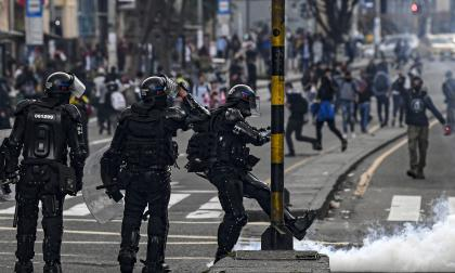 Enfrentamientos entre el Esmad y manifestantes, en Bogotá.