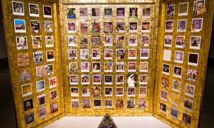 La muestra incluye un tríptico que recrea momentos y personajes de la obra más conocida de GGM.