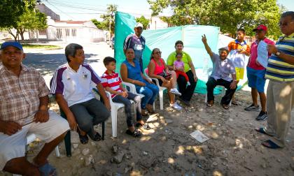 Vecinos del barrio La Alboraya frente al lugar de instalación de la antena.