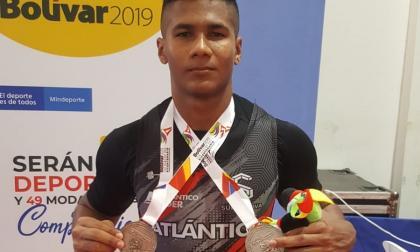 El pesista Kevin Sandoval con sus medallas de plata y bronce en los Juegos Nacionales.