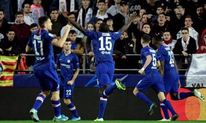 Christian Pulisic celebra con sus compañeros el gol anotado ante Valencia.