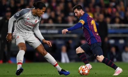 El delantero argentino Lionel Messi trata de encarar al defensor del Liverpool, el holandés Virgil van Dijk, en la 'Champions'.