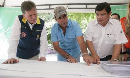 El alcalde Char entrega el proyecto a González.