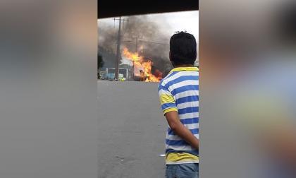 En video | Pimpineros queman un camión de la Policía en Maicao
