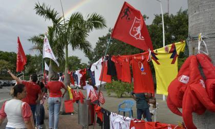 La venta de camisetas del América aumenta en los alrededores del estadio Pascual Guerrero de Cali.