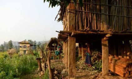 """En Nepal realizan primer arresto por muerte de mujer en """"choza de menstruación"""""""