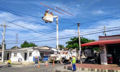 Contratistas de Electricaribe realizan trabajos en redes de energía eléctrica en Barranquilla.