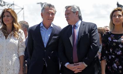 El presidente saliente de Argnetina, Mauricio Macri, con su esposa Juliana Awada, junto al presidente electo Alberto Fernandez y su esposa Fabiola Yanez.