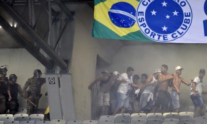 Aficionados del Cruzeiro protagonizaron fuertes incidentes en el estadio.