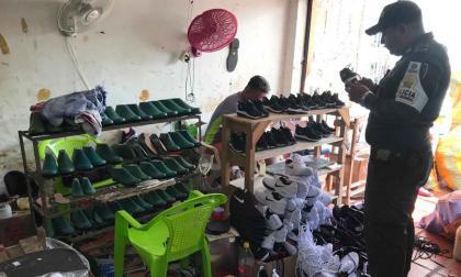 Fábrica de calzados ilegal.