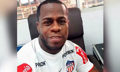 Carmelo Valencia posando con la camiseta de Junior en una oficina de la sede deportiva del club