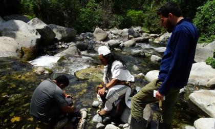 Los científicos y los indígenas durante la búsqueda de la especie.