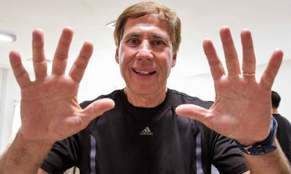El ex arquero argentino Esteban Pogany, de 65 años de edad, posa para la cámara de EL HERALDO después de conceder la entrevista.