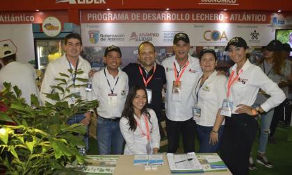 El equipo de COA, encabezado por su gerente Miguel Valverde Sánchez (c), con el secretario de Desarrollo del Atlántico, Anatolio Santos.