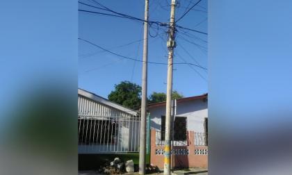 Cambian poste de luz en Bellarena