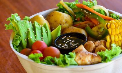 Bowl saludable a base de lechuga crespa, tomate cherry, maíz, pollo, papa criolla y verduras.