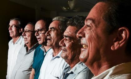Esteban y William Vargas Lleras junto a Alberto, Jorge, Raimundo y José Lleras Noriega, seis de los 14 sobrevivientes de la tragedia del Expreso del Sol en Mamatoco.