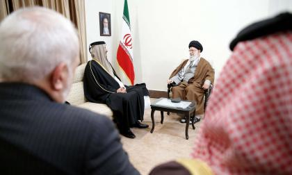 El ayatolá Ali Khamenei (derecha) y el emir de Qatar, jeque Tamim bin Hamad al-Thani reunidos en Teherán, capital de Irán.