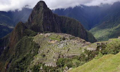 Policía peruana detiene a turistas por dañar templo y defecar en Machu Picchu