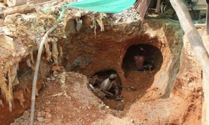 Dos personas extraen oro de una mina de manera artesanal. Imagen de referencia.