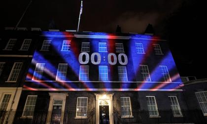 Un reloj proyectado en el Número 10 de Downing Street, residencia del primer ministro británico.