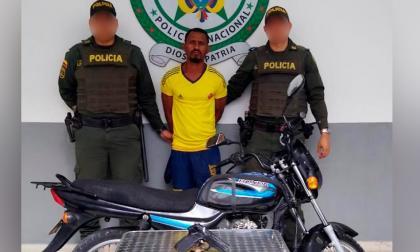 Kevin David Vargas Romero, capturado por la Policía de  Cartagena. Aparecen además la moto hurtada y la pistola de juguete que usó.