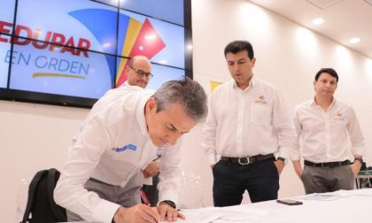 Carlos García, vicepresidente de la ANI, firma el acta de compromiso.