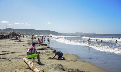 Un grupo de bañistas juega en la zona de playas de Miramar, mientras otro permanece en el mar.