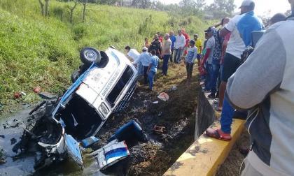 El vehículo terminó en medio de un canal tras accidentarse.