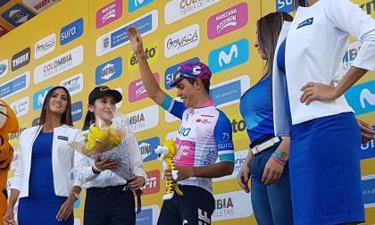 El ciclista colombiano Sergio Higuita en el podio del Tour Colombia.