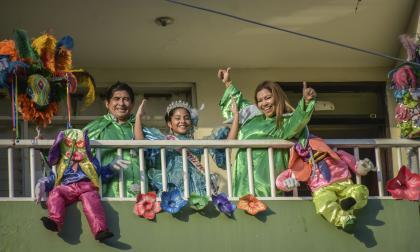 La Reina Infantil del Carnaval del Atlántico, Diana Jiménez, junto con su familia desde el balcón.