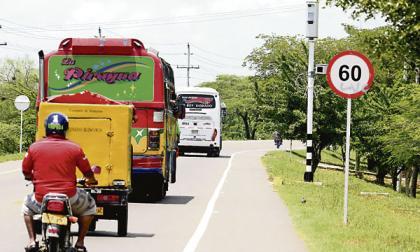 Varios vehículos transitan por la vía Oriental.