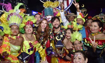 Alcalde y primera dama bailan con exhabitantes de la calle en la Guacherna