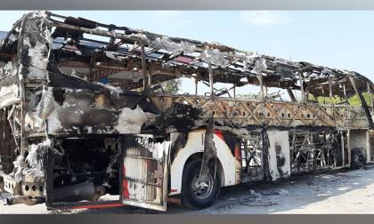 El bus fue consumido en su totalidad por las llamas.