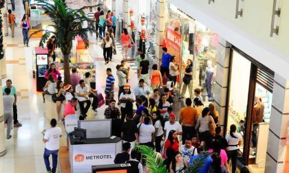 Compradores en el Centro Comercial Portal del Prado en Barranquilla.