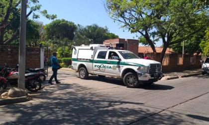 Unidades de criminalística de la Policía hicieron la inspección del cadáver del menor en el centro de salud a donde llegó sin signos vitales.